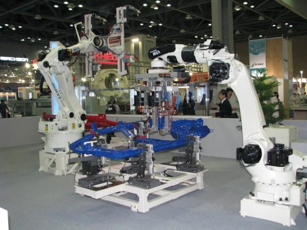현대위아에서 선보인 자동차 조립용 로봇 및 각종 머시닝 센터 및 공작기계